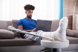 injured st. louis man on laptop